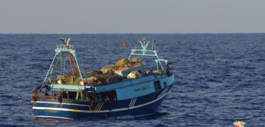 La marina ferma 16 scafisti sequestra una nave-madre e soccorre 300 migranti