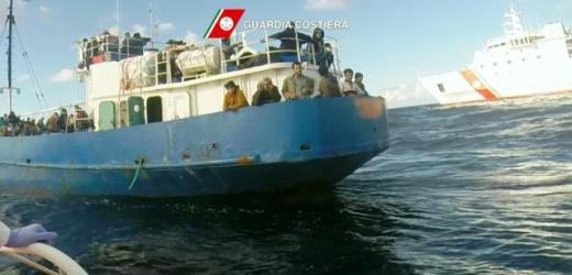 Nave con 800 migranti senza equipaggio e con pilota automatico rintracciata a 100 miglia dalla costa