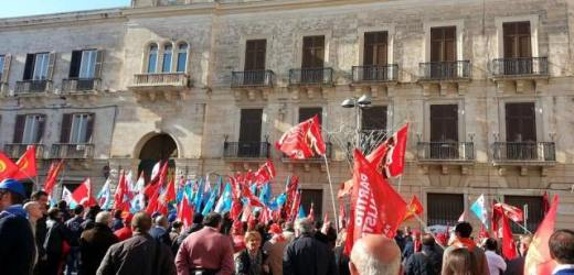 Presenti tutte le categorie oggi alla manifestazione di Cgil e Uil per lo sciopero generale contro il governo nazionale