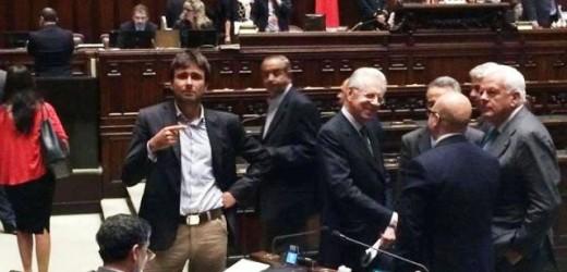 """Il dito indice """"bionico"""" di Alessandro Di Battista"""