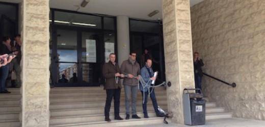 Tre consiglieri comunali di Melilli si incatenano davanti al Palazzo di Giustizia, da oltre un anno la città è senza guida