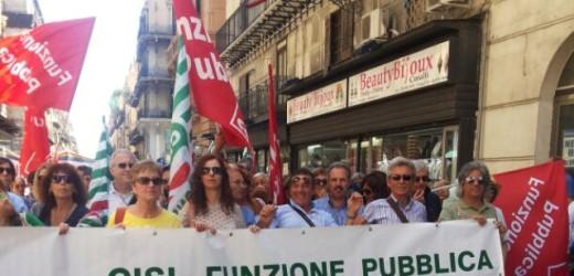 """In piazza a Palermo i lavoratori delle ex Province per chiedere la riforma entro luglio: """"La politica smetta di litigare"""""""