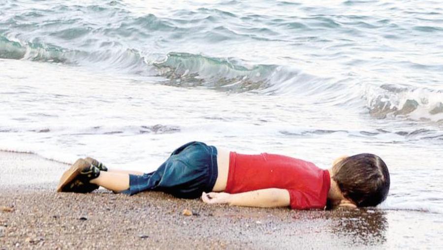 Il corpicino di Aylan_Kurdi sulla spiaggia turca di Bodrum