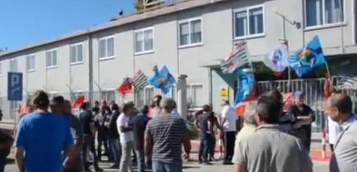 La rabbia e il dolore degli operai e del sindacato per un'altra vita spezzata nell'area industriale siracusana
