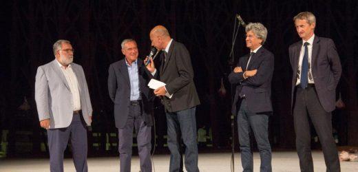 Il presidente del Senato, Pietro Grasso, ieri al Teatro Greco di Siracusa per gli attestati agli allievi dell'Accademia