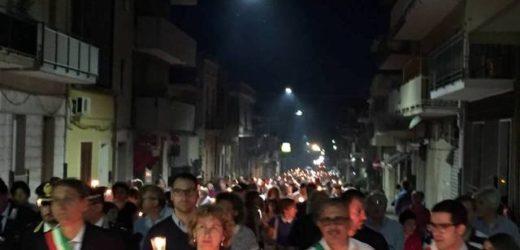 Solarino ieri sera in piazza per la fiaccolata della legalità, per dire NO al racket delle estorsioni che ha colpito le imprese