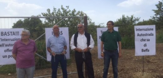 Torna a protestare con le catene ai polsi l'on Pippo Gennuso per le lungaggini nella sistemazione della Siracusa-Rosolini