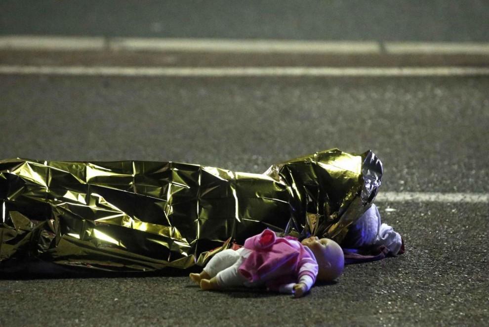 Un orsacchiotto accanto ad un corpo senza vita della follia di Nizza che ricorda i tanti bambini morti