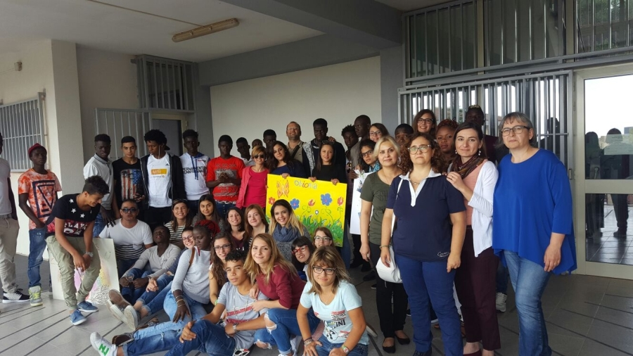 Studentesse del Liceo Scienze Umane di Palazzolo con la loro docente, gli operatori e gli ospiti migranti di Passwork