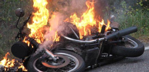 Carlentini, fermato dai Carabinieri perchè privo di casco, per evitare il sequestro della moto tenta d'incendiarla