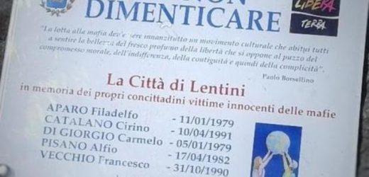 """""""Per gioco"""" distrutta e coperta di escrementi  da tre minori la targa che a Villa Marconi a Lentini ricorda le vittime della mafia"""