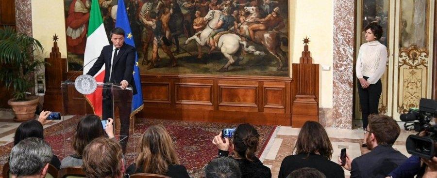 Renzi durante la conferenza stampa di ieri sera a Palazzo Chigi accompagnato dalla moglie Agnese