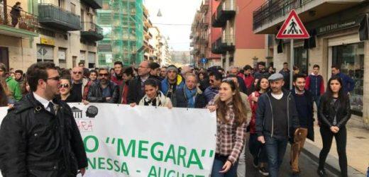 """Gli studenti di Augusta in piazza a difesa del porto. Vinciullo: """"Grande senso di appartenenza, meglio di tanti assenti"""""""