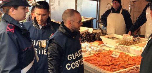 Una task force di Carabinieri, Capitaneria di Porto, Asp e Polizia Muncipale, oggi al mercato ittico di Siracusa