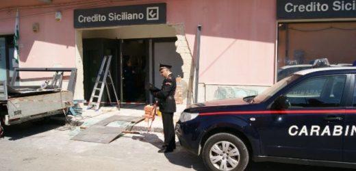 Rubato con una gru il bancomat dallo sportello del Credito Siciliano di Belvedere. I Carabinieri sulle tracce dei ladri