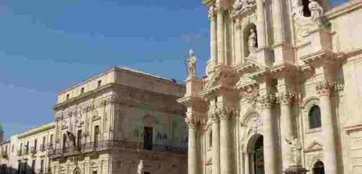 Vietato sedersi sui gradini della Cattedrale e dei monumenti di piazza Duomo a Siracusa, da oggi scattano le multe